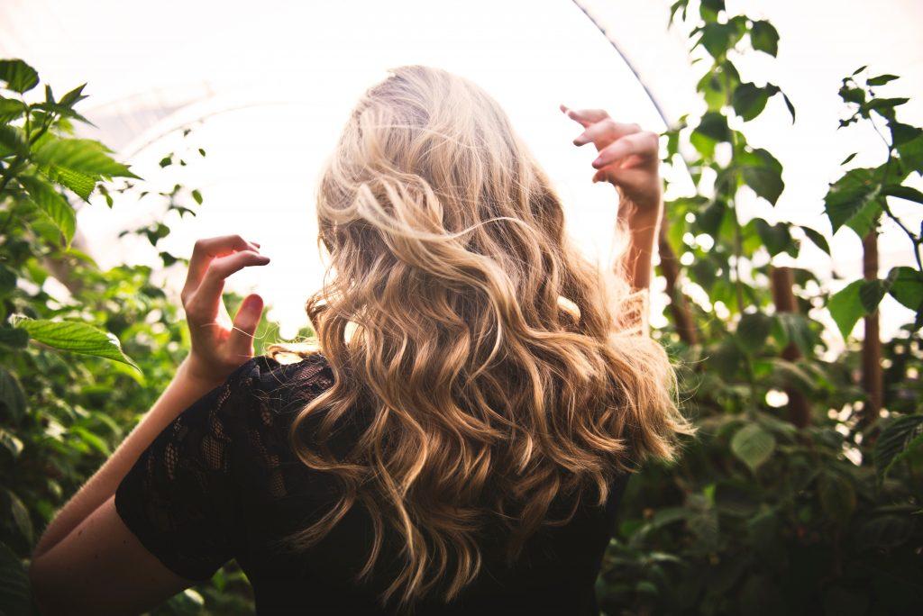 sarı ve dalgalı saçlı kız